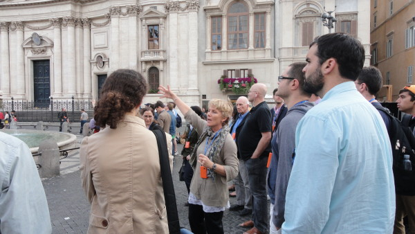 Virginia Jewiss leads a tour in Piazza Navona. Photo by Martin Jean.